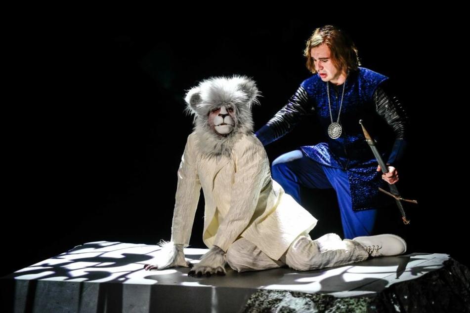 Bastian (Alexander Ganz) ist in Phantásien angekommen und trifft auf Gráogramán (Philipp von Schön-Angerer)