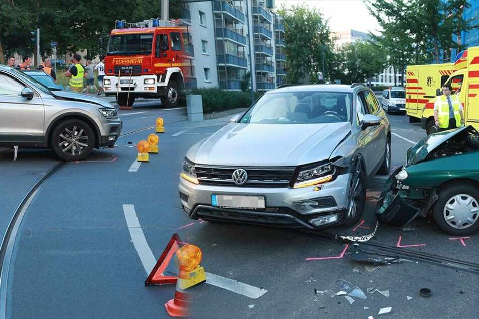 SUV und Renault krachen in der City zusammen: Kreuzung gesperrt