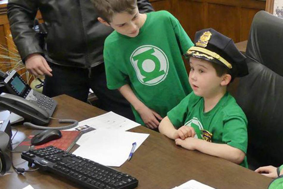 Es war sein größter Wunsch: Krebskranker Junge zum Polizeichef ernannt