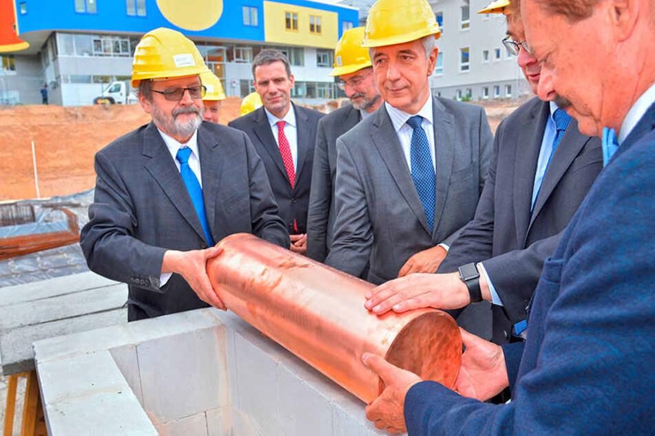 Ministerpräsident Stanislaw Tillich (58, CDU, Mitte) bei der Grundsteinlegung  mit Professoren der Uni-Klinik.