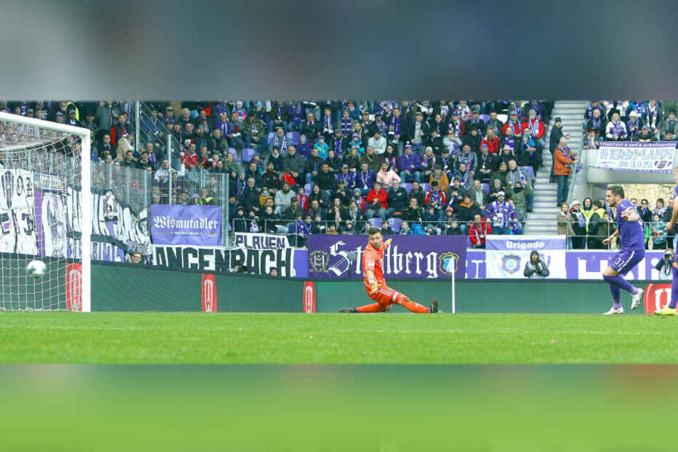 Der Dosenöffner der Partie: Pascal Testroet (r.) behält vor HSV-Keeper Daniel Heuer Fernandes die Nerven und schiebt zum 1:0 ein.