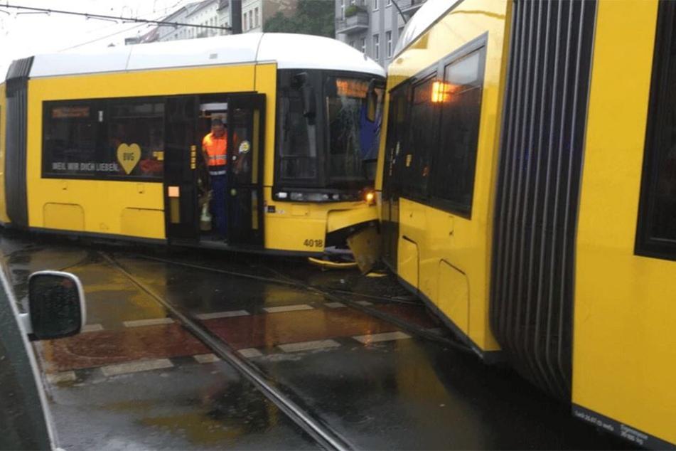 Die bedien Straßenbahnen der Linien M10 und M2 knallten auf der Kreuzung zusammen.
