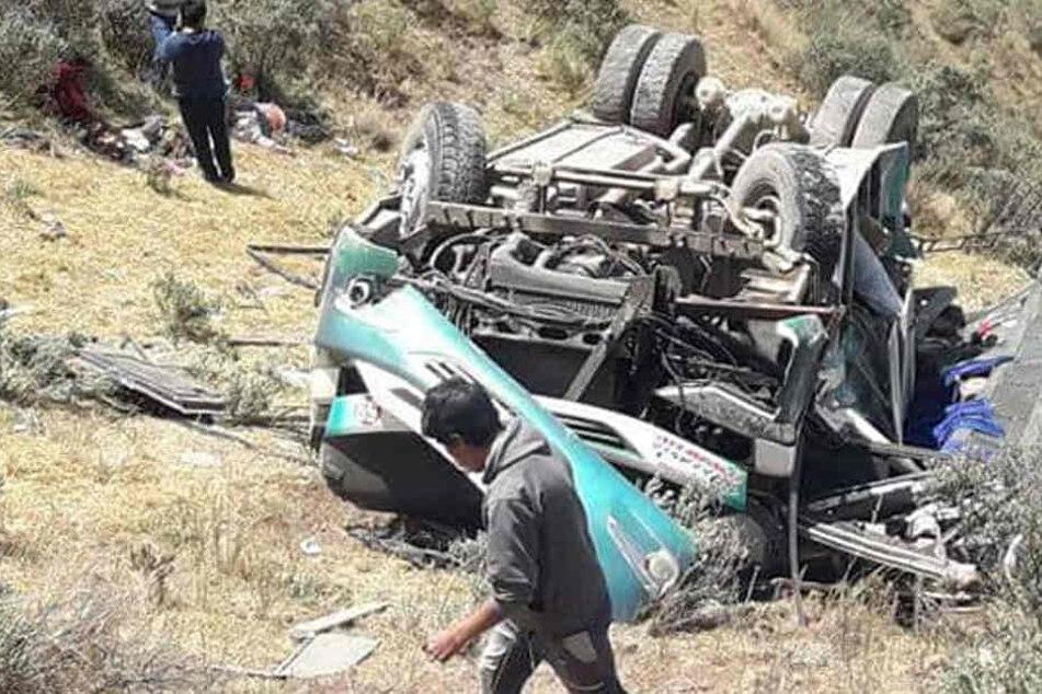 Bus stürzt Abhang herab: Mindestens 15 Menschen sterben