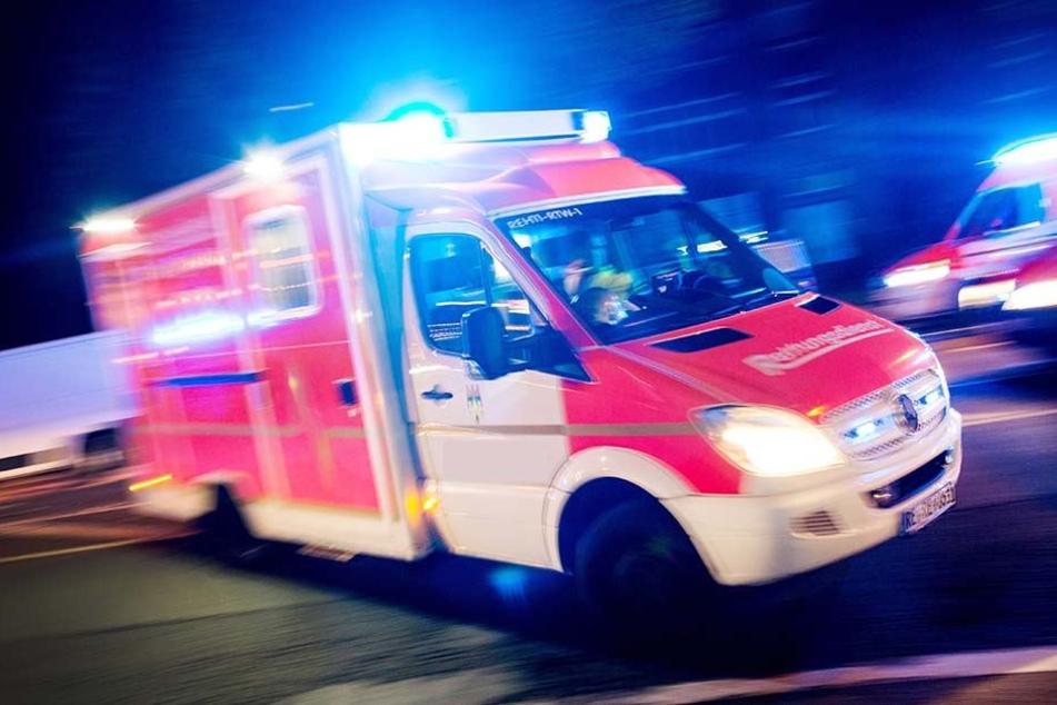 Ein Polizist erlitt eine Fraktur am Knöchel und musste in ein Krankenhaus eingeliefert werden. (Symbolbild)