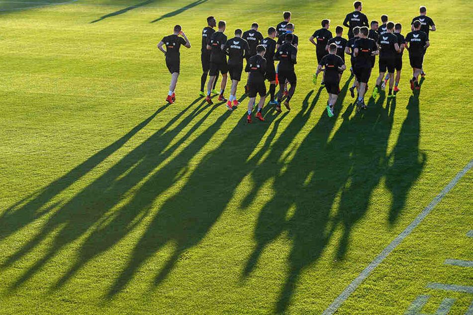Die Dynamo-Kicker bei der ersten, nach der strapaziösen Anreise noch recht gemächlichen Trainingseinheit im Spanien-Camp.