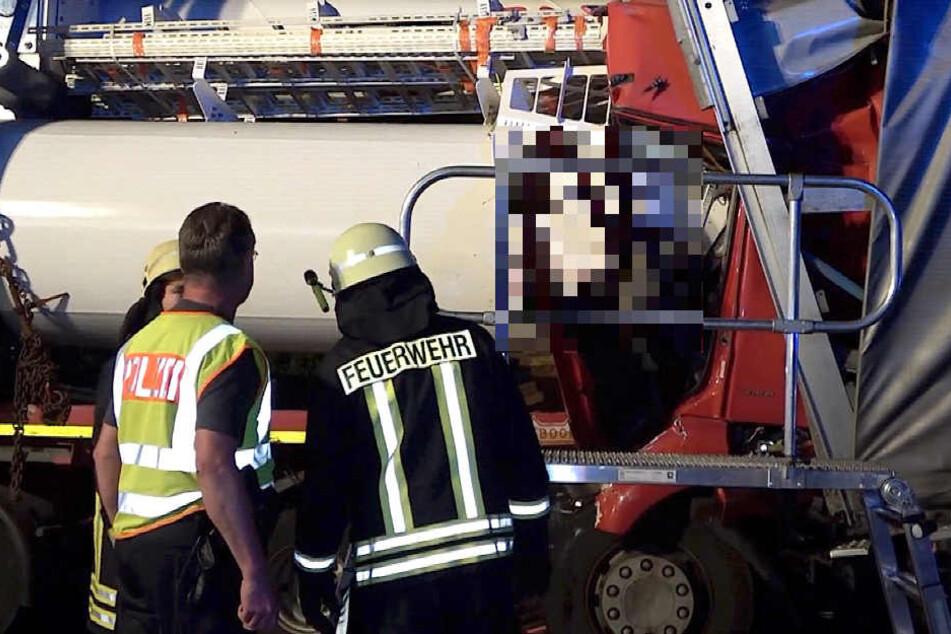 Die Feuerwehr muss das Unfallopfer derzeit noch bergen.