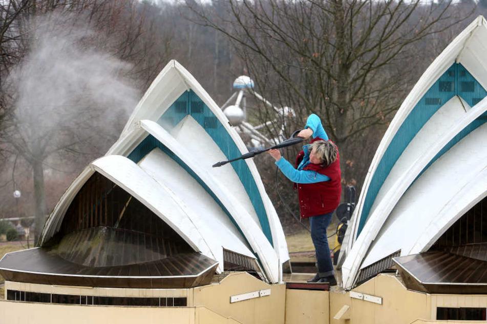 Verspäteter Frühjahrsputz in der Miniwelt: Antje Hempel reinigt für den Saisonstart am Mittwoch das Opernhaus von Sydney.