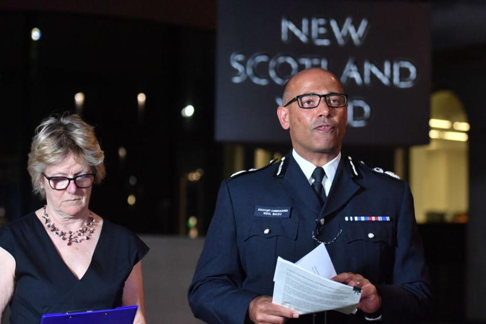 Neil Basu (r), Leiter der britischen Terrorismusbekämpfung, und Sally Davies, Gesundheitsbeauftragte, geben eine Pressekonferenz vor dem New Scotland Yard.
