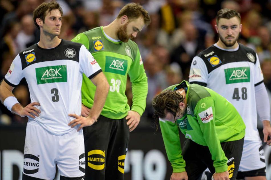 Mit gesenkten Köpfen standen Gensheimer, Andreas Wolff, Silvio Heinevetter und Jannik Kohlbacher (v.l.n.r.) auf dem Spielfeld