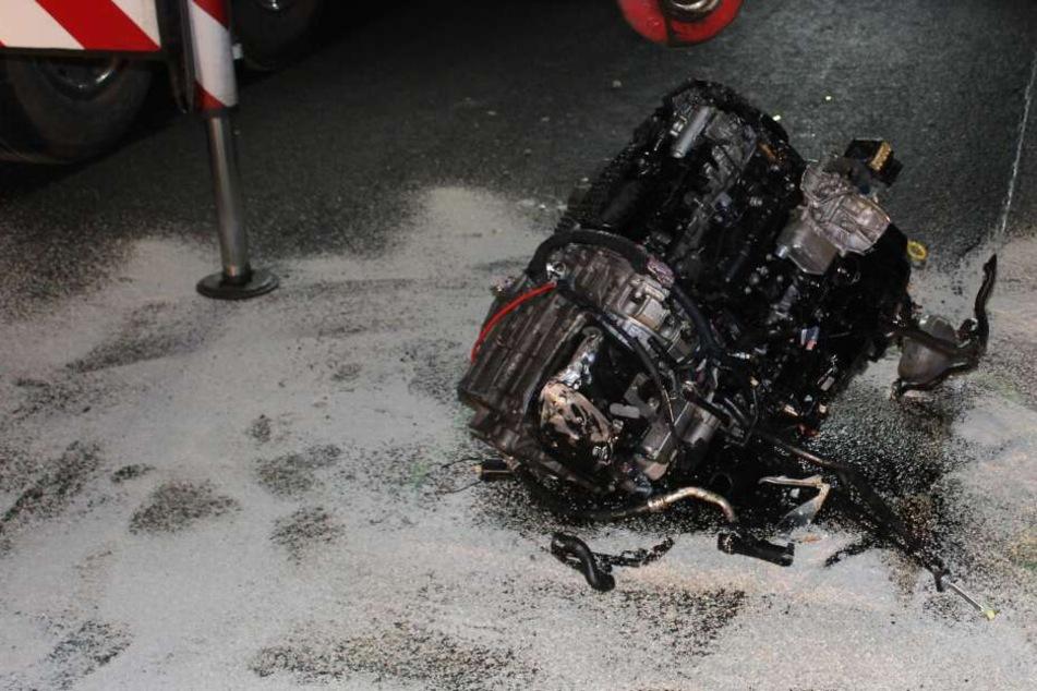 Trümmerfeld auf A3 nach Unfall: Motorblock aus Auto gerissen!