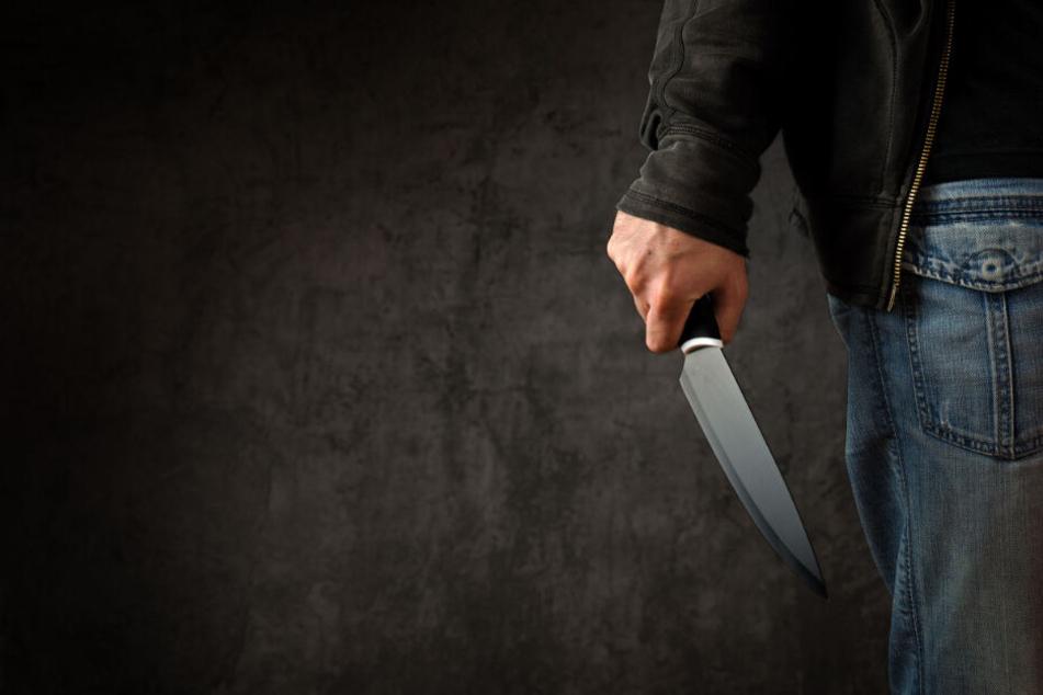 Der Mann soll die 38-Jährige attackiert haben. Das Opfer erlitt unter anderem Stiche in den Kopf. (Symbolbild)
