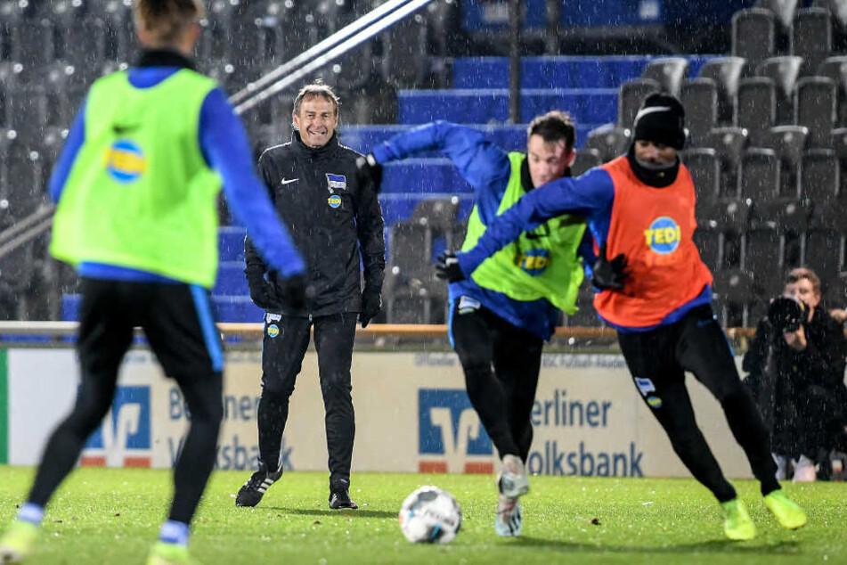 Jürgen Klinsmann beobachtet das erste Training nach dem Trainerwechsel in Berlin.
