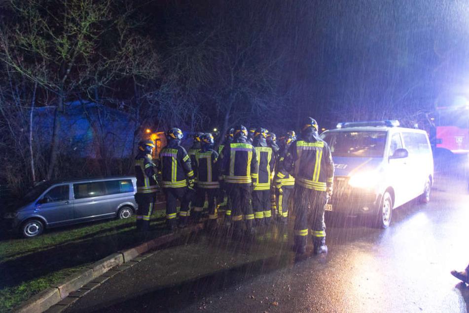 Bei strömendem Regen suchte die Polizei den Tatort ab.