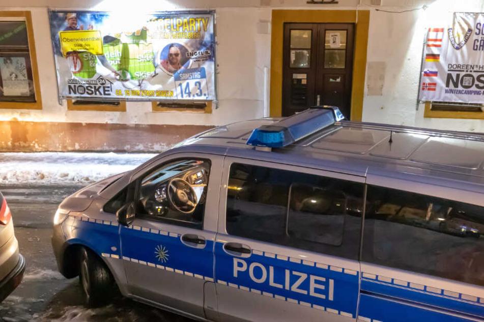 Vergangene Woche hatten Unbekannte ein Plakat zerschnitten. Die Polizei hat sich den Schaden angesehen.