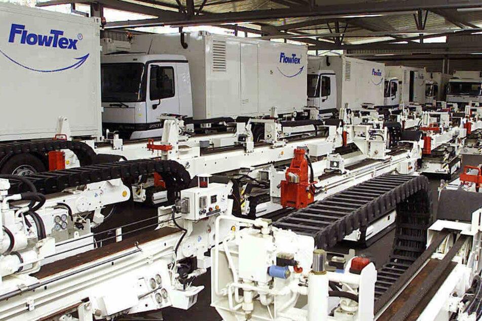 Februar 2000: Beschlagnahmte Bohrsysteme und Lastwagen von Flowtex in einer Lagerhalle.