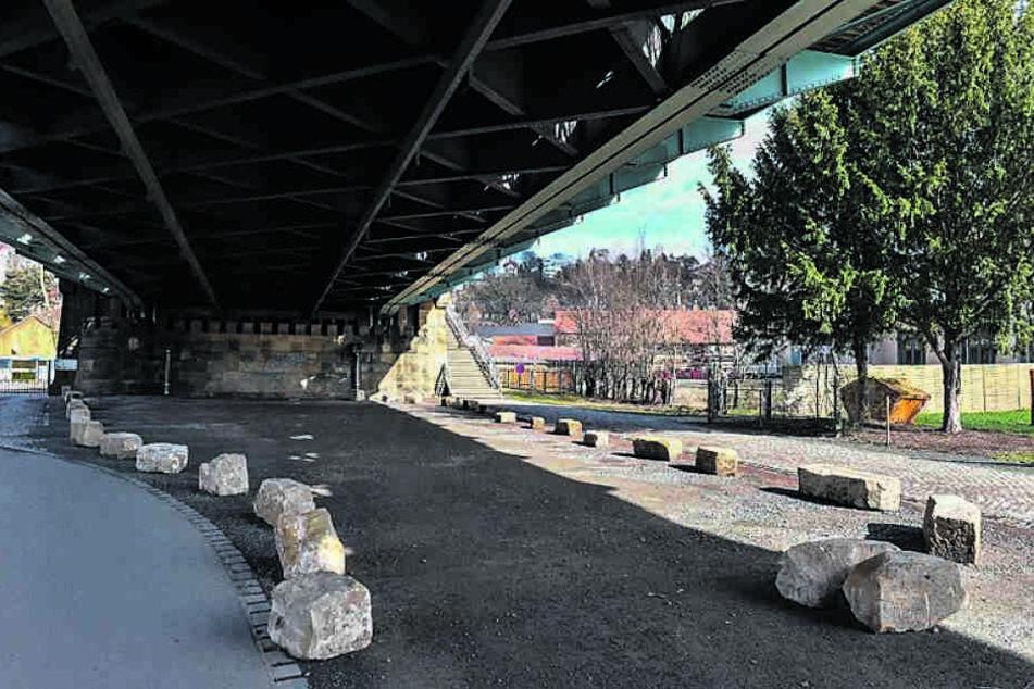 In Loschwitz verhindern Steine seit letztem Jahr das Parken unter der Brücke. Daran soll auch der neue Antrag nichts ändern.