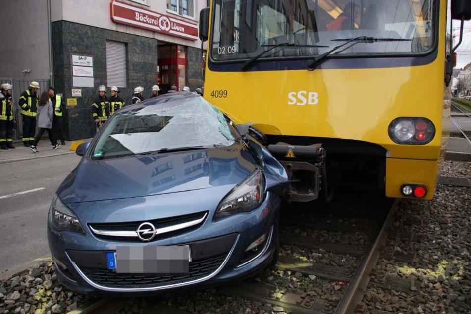 Der Opel-Fahrer wurde bei dem Unfall schwer verletzt.