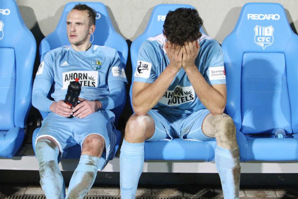 Der Schock beim Chemnitzer FC (hier: Julius Reinhardt (l.) und Myroslav Slavov) über die Insolvenz und den damit verbundenen Abstieg in die Regionalliga