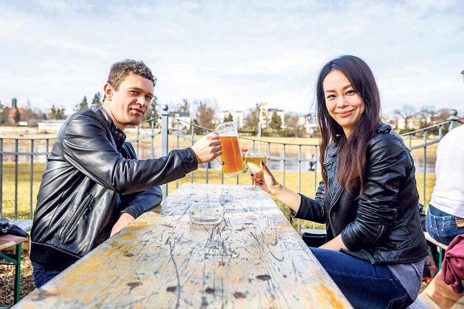 Freier Tag im Biergarten: Frank (34) und Cecile Göbel (32) stoßen im Johannstädter Fährgarten an.
