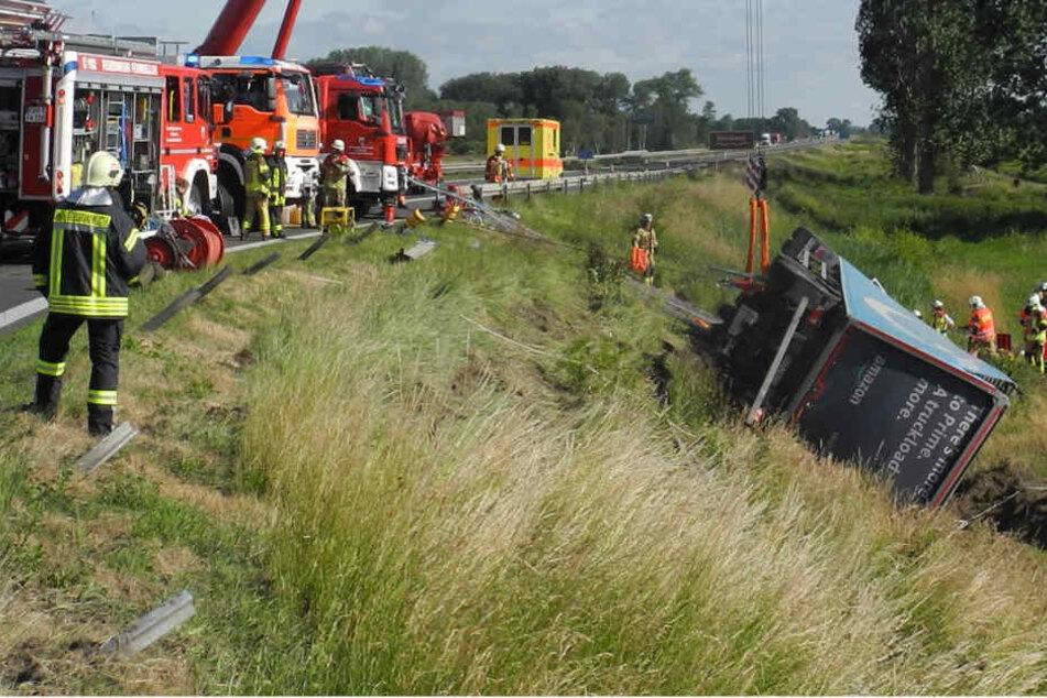 Lkw kippt von der Autobahn: Beifahrer wird schwer verletzt