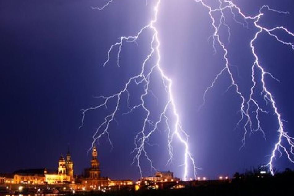 Im Hochstift kann es am Samstagnachmittag starken Blitzschlag geben. (Symbolbild)