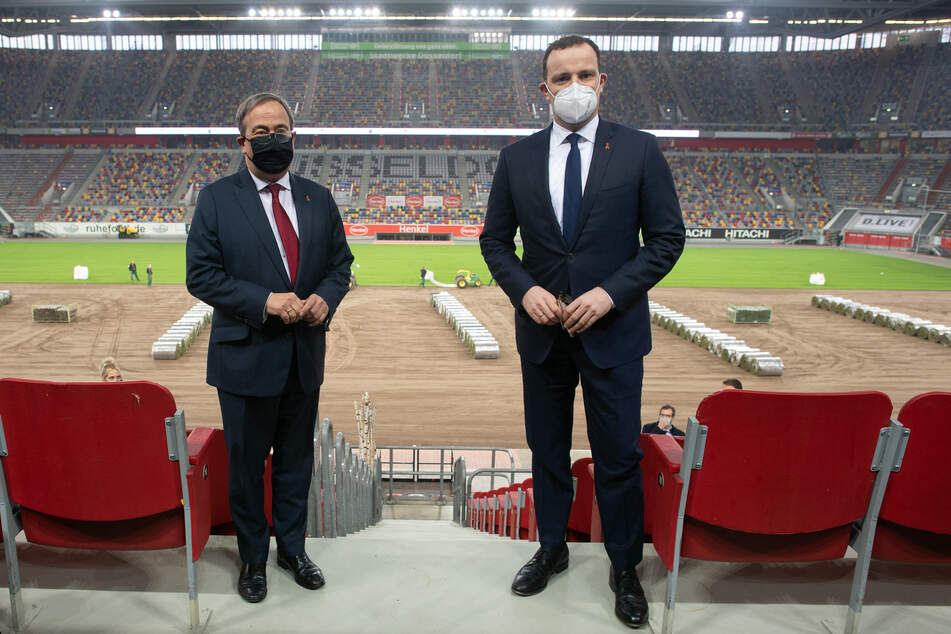 Bundesgesundheitsminister Jens Spahn (CDU, r.) und Nordrhein-Westfalen Ministerpräsident Armin Laschet (CDU) besuchten am Dienstag das künftige Impfzentrum im Düsseldorfer Fußballstadion.