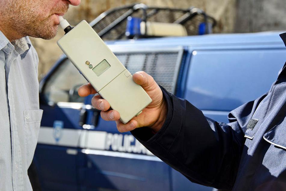 Die Polizei führte einen Atemalkoholtest bei dem Unfallfahrer durch, seinen Lappen ist er vorerst los. (Symbolbild)