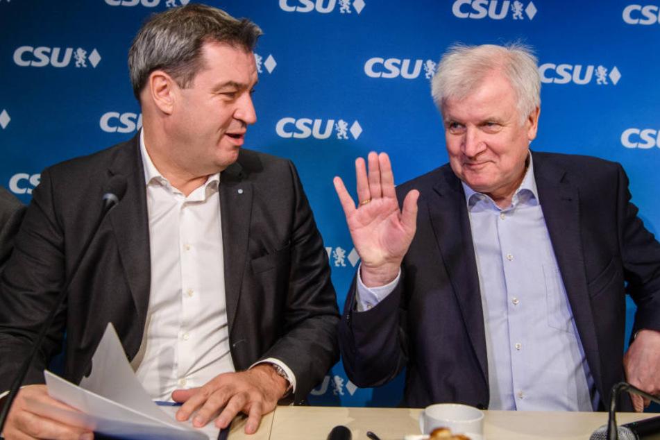 Horst Seehofer (r.) dürfte zeitnah für Markus Söder (l.) Platz machen. (Archivbild)