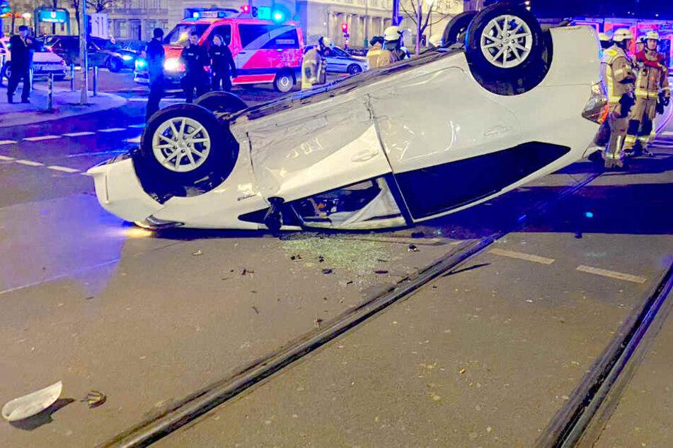 """Schwerer Unfall in Berlin: """"Uber"""" überschlägt sich und bleibt auf dem Dach liegen"""