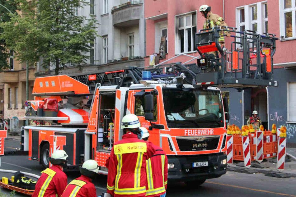 Feuerwehrkräfte in der Sonnenallee im Einsatz.