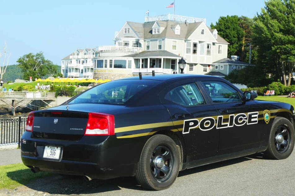 Ein Polizeiwagen steht in Maine vor einem großen Haus (Symbolbild).
