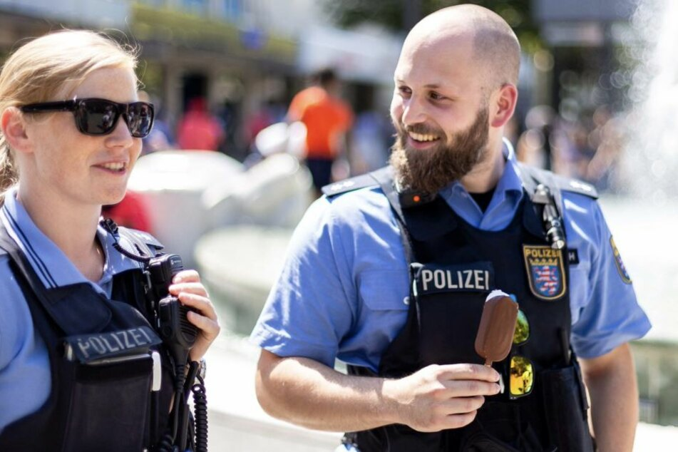 Ein Eis gegen die Hitze - sorgt auch bei der Polizei für beste Stimmung.
