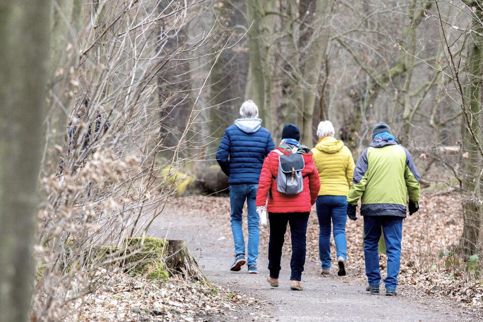 Treffen von zwei Haushalten mit bis zu fünf Personen sind von diesem Montag an auch in Gegenden mit mehr als 100 Neuinfektionen auf 100.000 Einwohner pro Woche in Baden-Württemberg erlaubt. (Symbolbild)