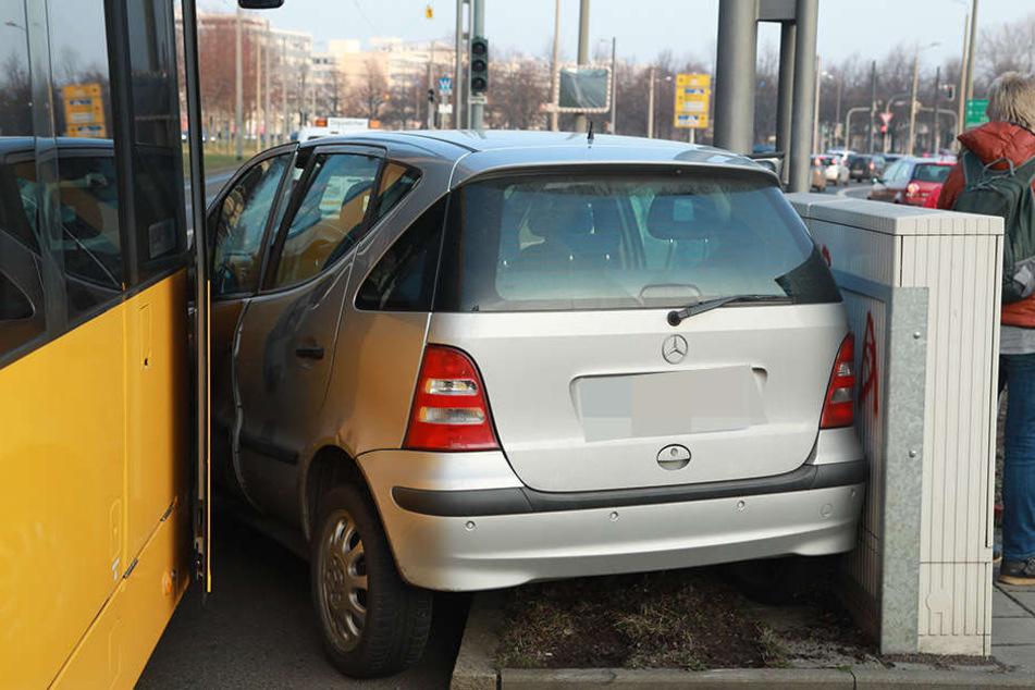 Der Mercedes wurde zwischen Straßenbahn und Stromkasten eingeklemmt.