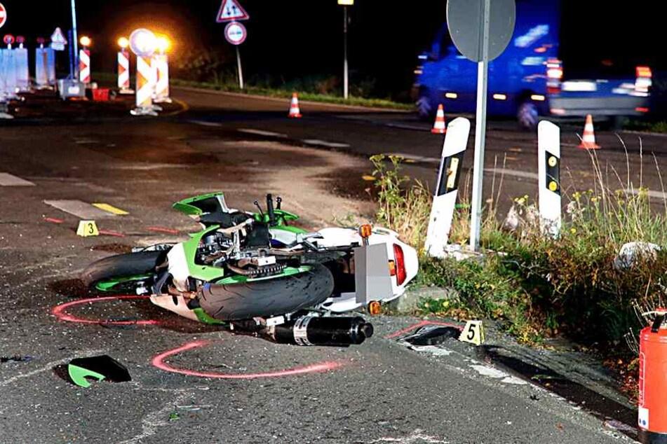 Skoda kollidiert mit Biker: Zwei Schwerverletzte