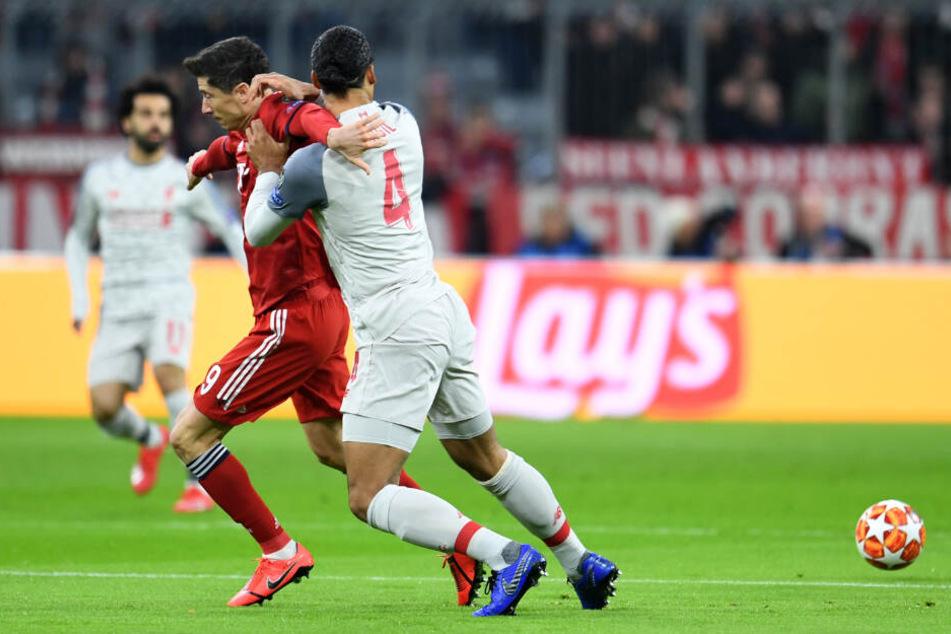 Robert Lewandowski (l) und Virgil van Dijk kämpfen um den Ball.