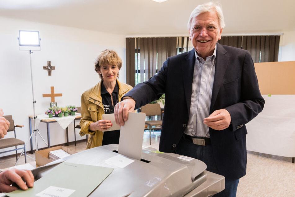 Hessens Ministerpräsident Volker Bouffier gab seine Stimme für die Europawahl zusammen mit Ehefrau Ursula in Gießen ab.