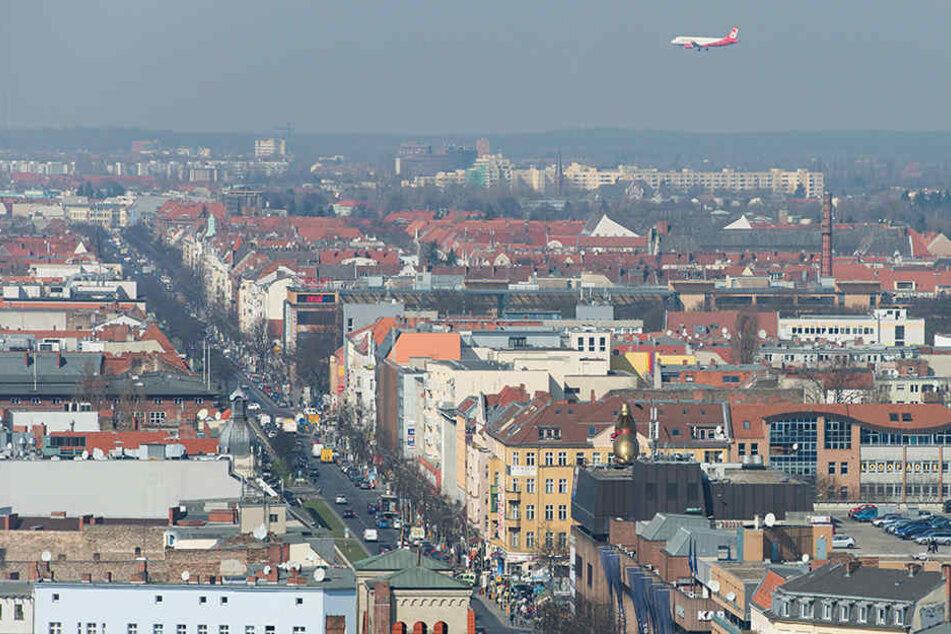 Ein Flugzeug der Fluggesellschaft Air Berlin im Landeanflug auf den Flughafen Tegel über den Dächern von Berlin zu sehen.