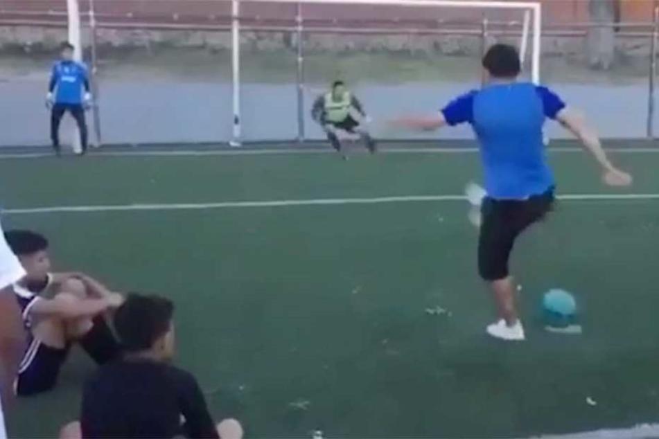 Der Schütze tritt am Ball vorbei, doch kurz darauf zeigt sich, dass dies Teil eines genialen Tricks ist.