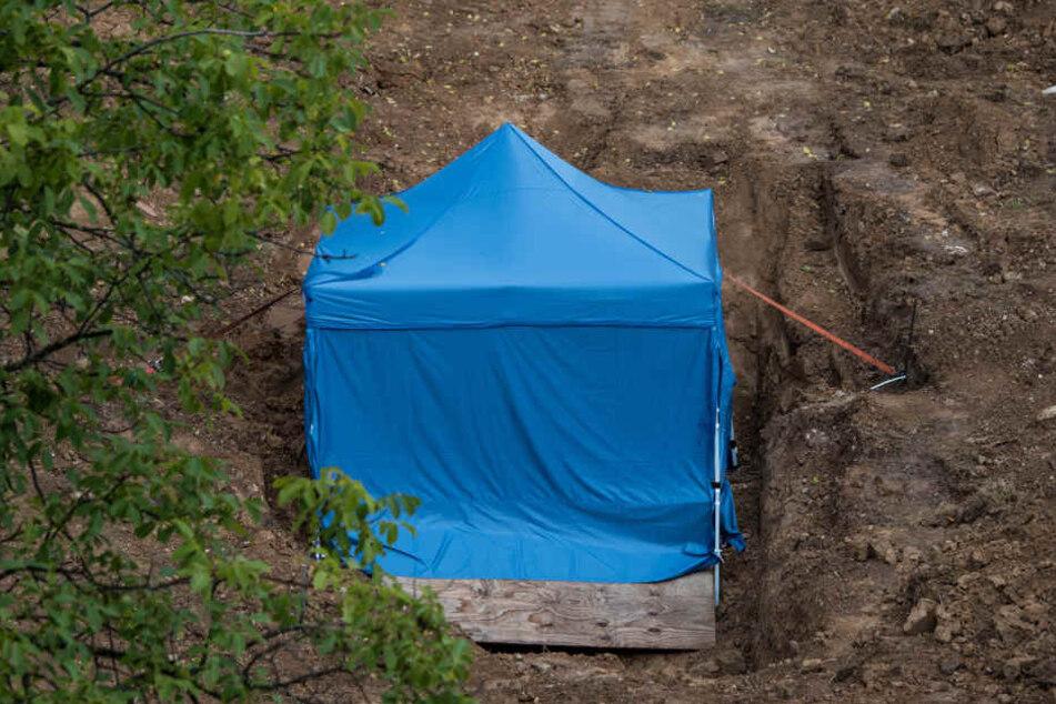 Unter diesem Zelt befindet sich die Bombe. Sie hat eine enorme Sprengkraft.