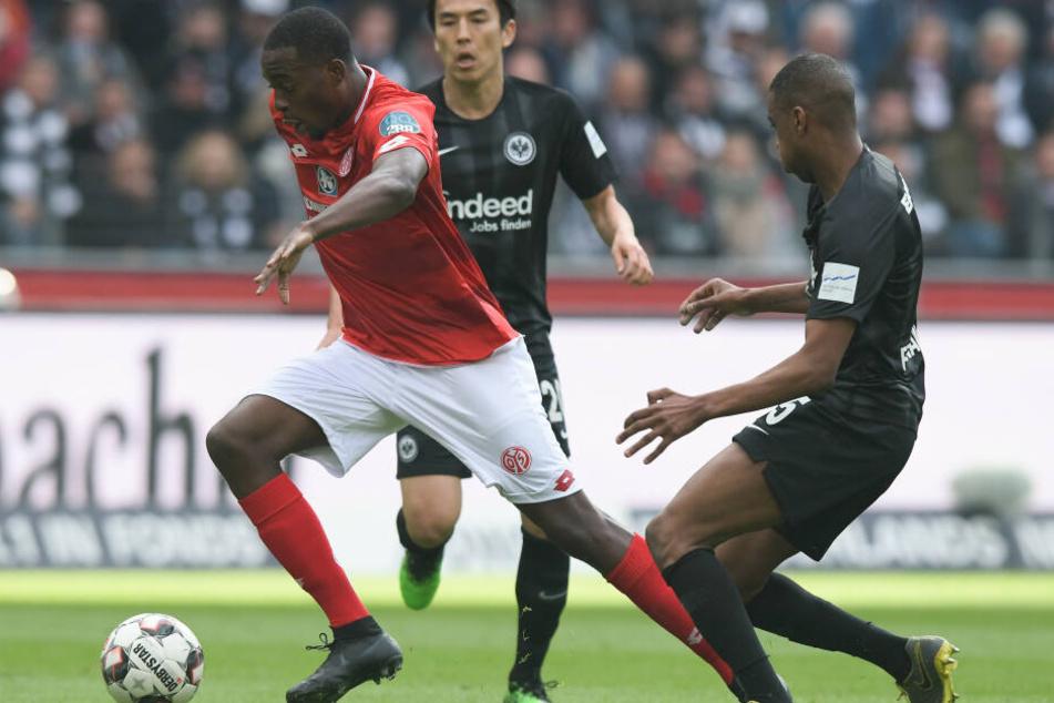 Der Mainzer Jean-Philippe Mateta (Li.) legte das 0:2 durch Anthony Ujah vor. Hier enteilt er Makoto Hasebe (Mi.) und Gelson Fernandes.