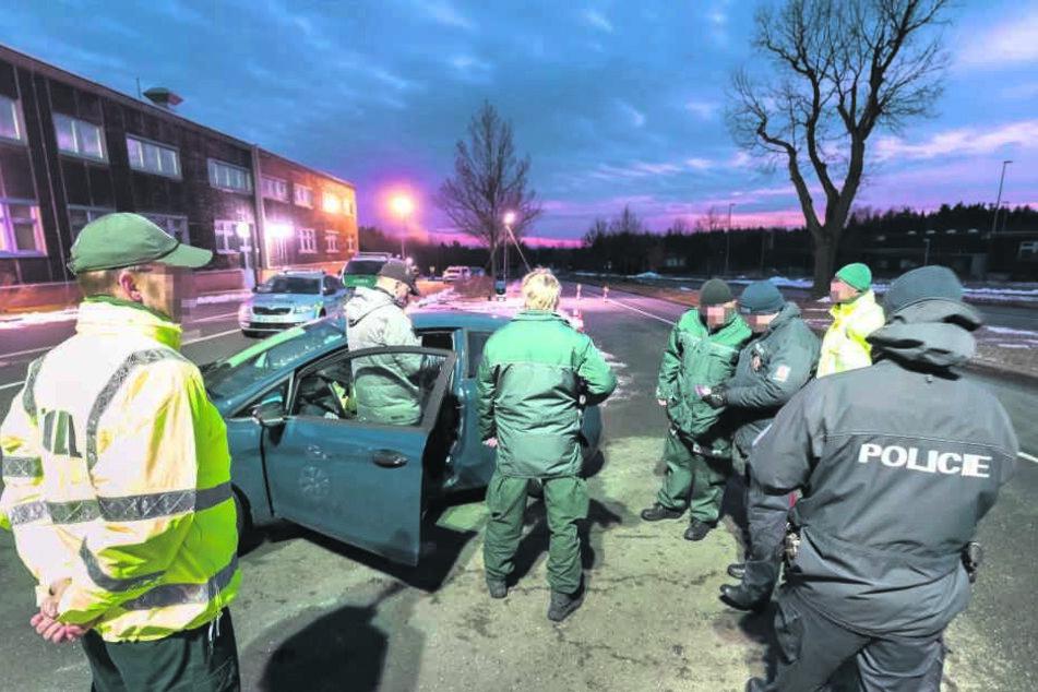 Mehrere Stunden lang kontrollierten Polizisten die Grenze zu Tschechien, suchten nach Drogen und verbotener Pyrotechnik.