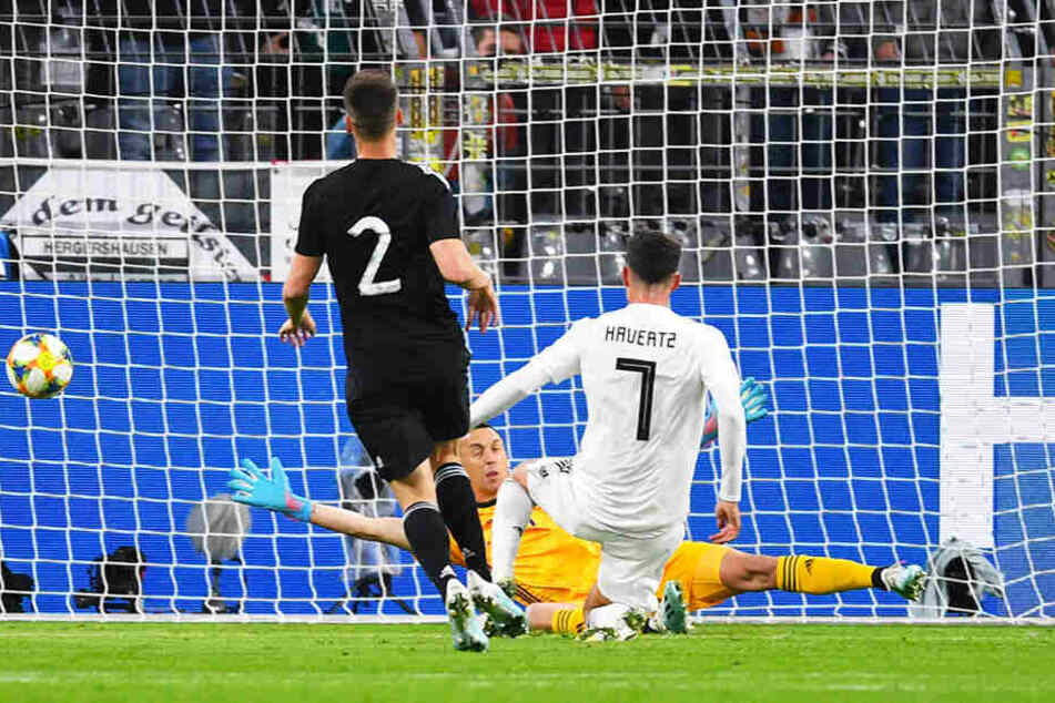 Kai Havertz (M.) trifft zum 2:0 für Deutschland.
