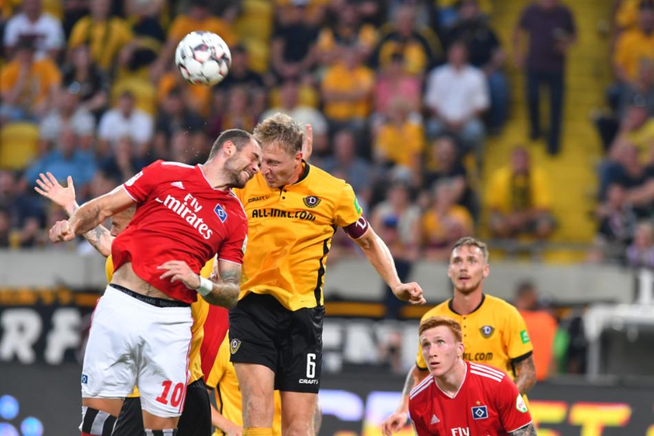 Der HSV gewann im Vorjahr mit 1:0 in Dresden mit Marco Hartmann (r.) Am heutigen Freitag soll es besser laufen.