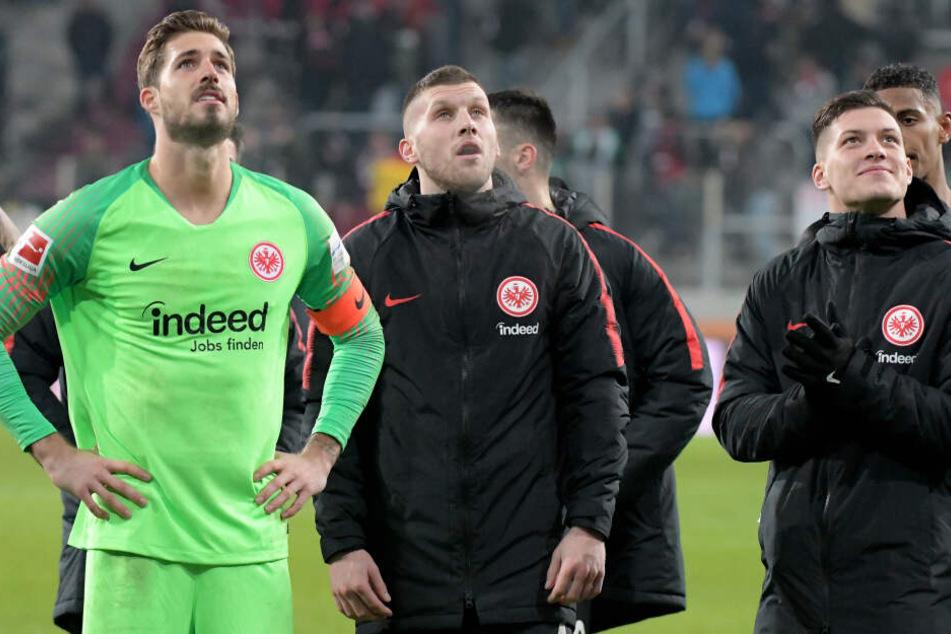 Nach dem Abgang von Luka Jovic (Re.) könnte die Eintracht auch im Buhlen um eine Rückkehr von Keeper Kevin Trapp (Li.) das Nachsehen haben.