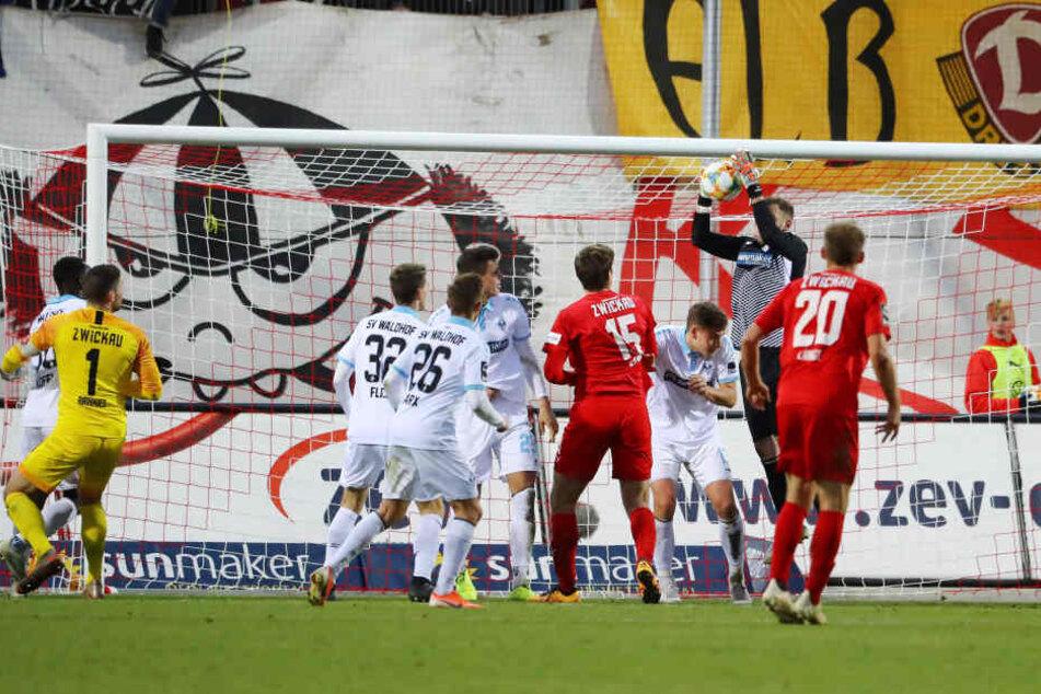 In der Schlussphase stürmte sogar FSV-Keeper Johannes Brinkies (l.) mit - aber auch das half nichts mehr.