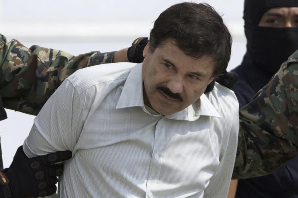 """Der mexikanische Drogenboss Joaquin """"El Chapo"""" Guzman wird nach seiner Gefangennahme 2014 zu einem Hubschrauber geführt."""