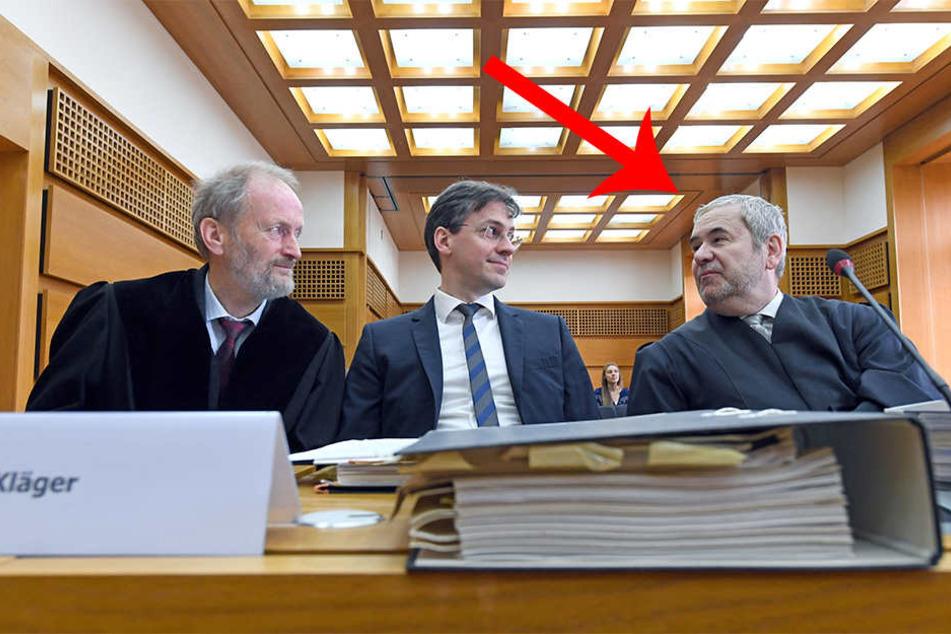 Der Vertreter des Bürgerbegehrens gegen Stuttgart 21, Bernhard Ludwig (Mitte) sitzt am 14.06.2016 neben den Rechtsanwälten Eisenhart von Loeper (links) und Hans-Georg Kluge im Saal des Bundesverwaltungsgerichts in Leipzig und wartet auf den Verhandlungsbe
