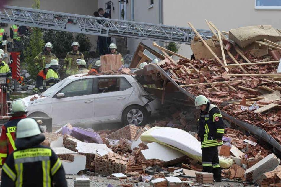 Rettungskräfte suche in den Trümmern nach den Vermissten.