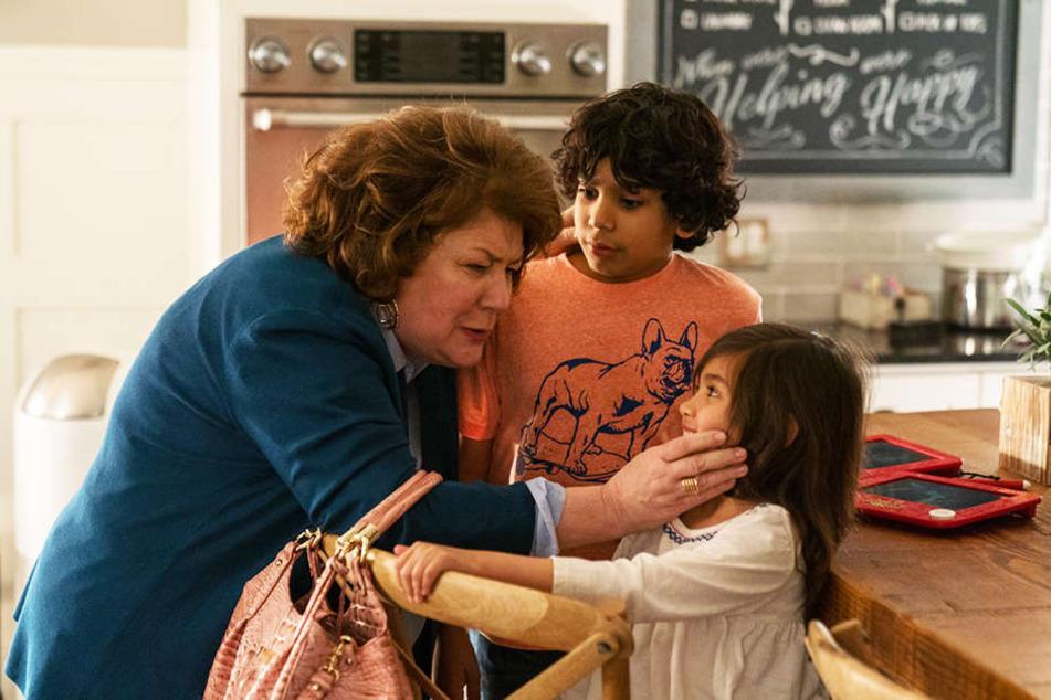 Die herzliche Oma Sandy (Margo Martindale) nimmt Juan (Gustavo Quiroz) und Lita (Julianna Gamiz) sofort in die Familie auf.